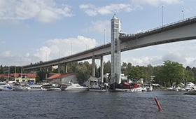 Suuri silta, jonka taustalla näkyy rakennuksia ja veneitä